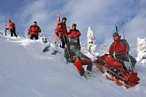 Osm stálých členů Horské služby Jizerské hory se může spolehnout i na pomoc šestačtyřiceti dobrovolníků