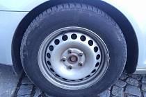 Šrouby u kola na Korytářově automobilu někdo údajně uvolnil.