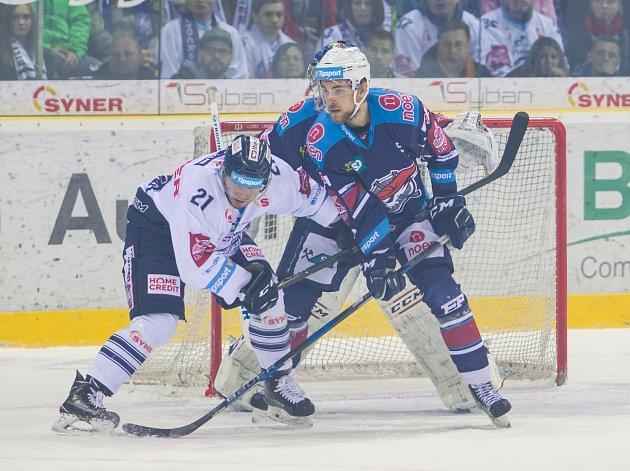 Páté utkání semifinále Generali play off Tipsport extraligy ledního hokeje mezi celky Bílí Tygři Liberec a Piráti Chomutov se odehrálo 7. dubna v liberecké Home credit areně. Na snímku vlevo Adam Dlouhý.
