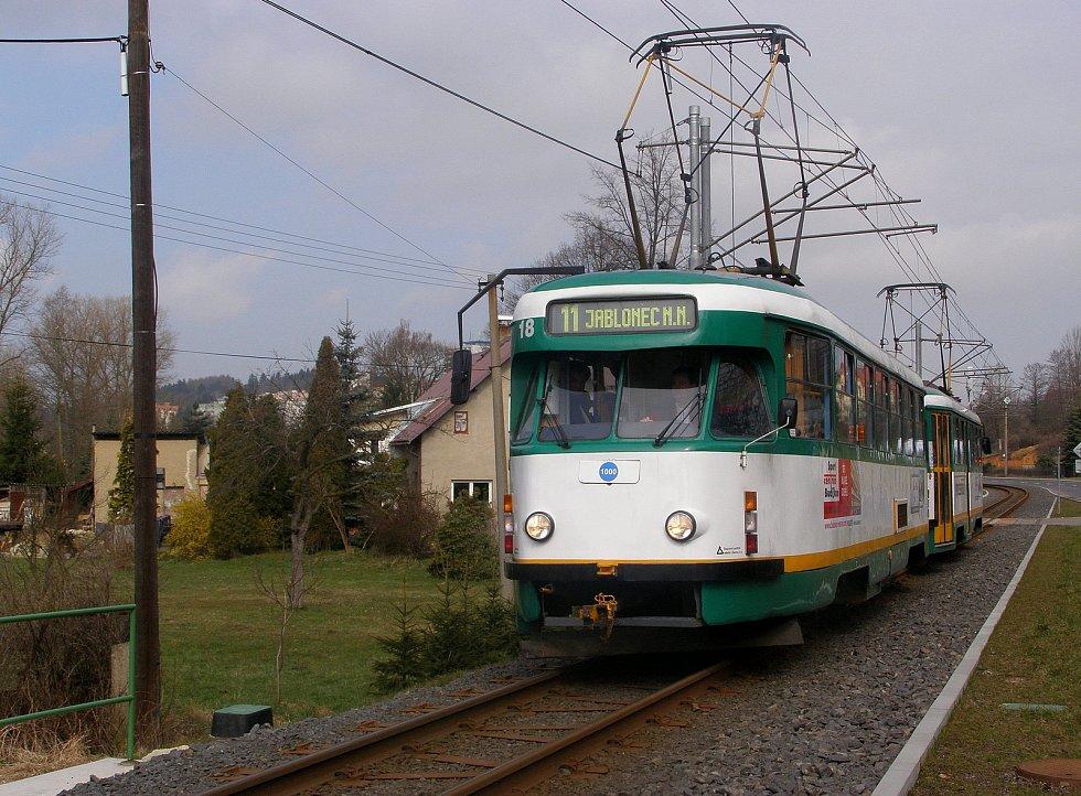 Poslední dvojice tramvají typu T2R v pravidelném provozu jezdí v Liberci. Na snímku souprava z těchto vozů 5. dubna 2008 ve Vratislavicích nad Nisou.