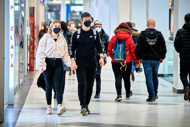 Povinnost nosit na veřejných místech respirátory lidé dodržují. Výjimek je minimum.