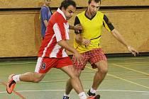 V BARVÍRNĚ. Vlevo je Milenky (FC Litrpool) a s ním Štempec z Borusie.