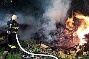 Požár zahradní chatky ve Stráži nad Nisou zaměstnal hasiče.