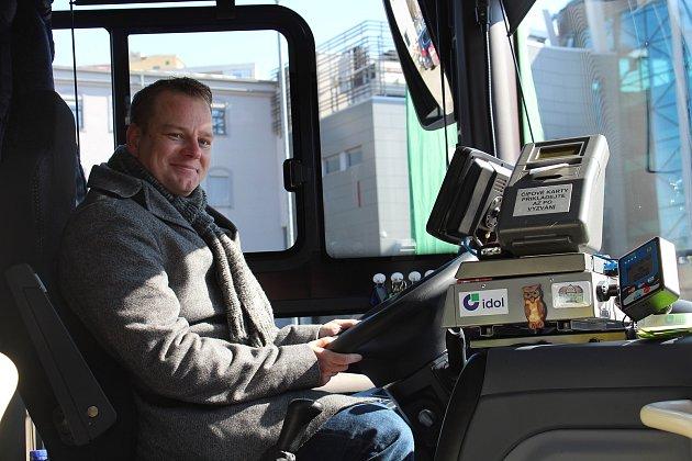 Ředitel společnosti BusLine Radek Chobot za volantem autobusu Crossway PRO.