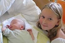 Mamince Daně Koutkové z Liberce se 21. července 2010 v jablonecké porodnici narodil syn Arnošt Koutek. Měřil 47 cm a vážil 3,3 kg. Na snímku je se svou sestřičkou Vilmou. Blahopřejeme!
