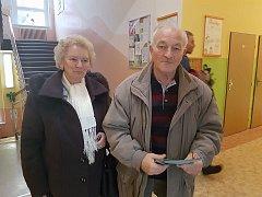 První voliči čekají, až se otevřou volební místnosti. Komise je připravená.
