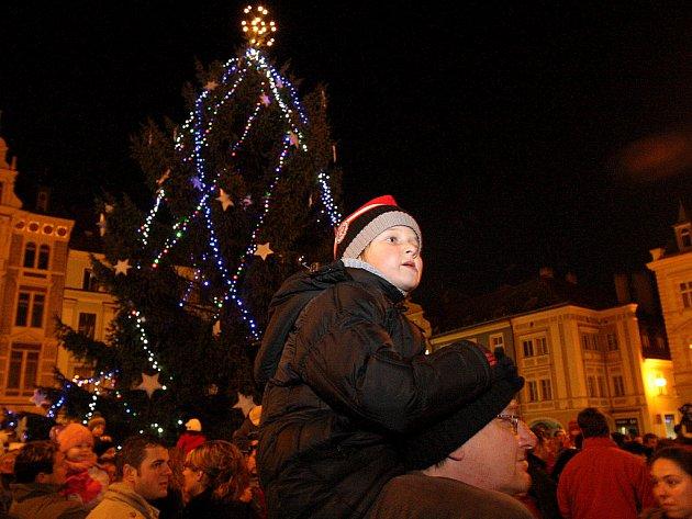 Vánoční strom na náměstí před libereckou radnicí.