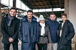 Loni natáčeli filmaři seriál Carnival Row na libereckém nádraží. Vlevo náměstek primátora Ivan Langr, vedle něj Orlando Bloom.