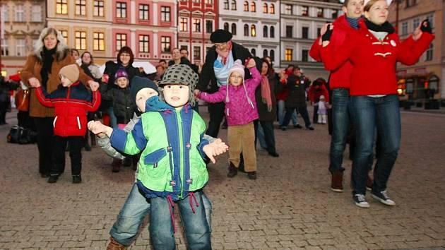 136 účastníků tanřilo mazurku na náměstí Dr. E. Beneše v Liberci a vytvořili tak nový český rekord.