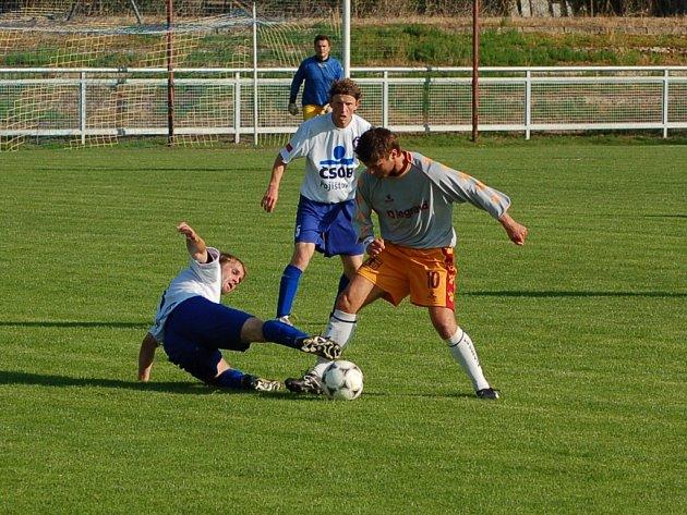 BEZ DOUBLE. Divizi má Pěnčín–Turnov na dohled, ale v poháru ve středu vypadl s jabloneckým Pěnčínem. Na snímku na zemi domácí Bernard, s míčem Mrklas, přihlížejí Krejčík a brankář Cimbál.