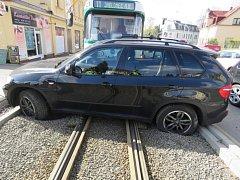 Nehoda. Auto vjelo na tramvajové koleje.