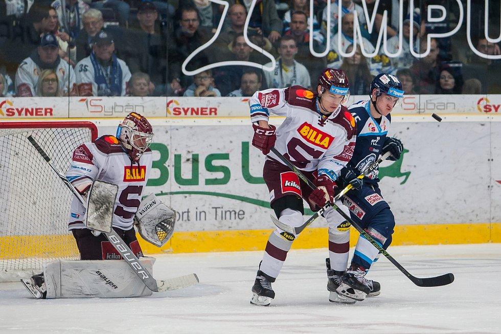 Utkání 47. kola Tipsport extraligy ledního hokeje se odehrálo 4. února v liberecké Home Credit areně. Utkaly se celky Bílí Tygři Liberec a HC Sparta Praha. Na snímku vlevo brankář Sami Tapani Aittokallio a vpravo Jan Ordoš.