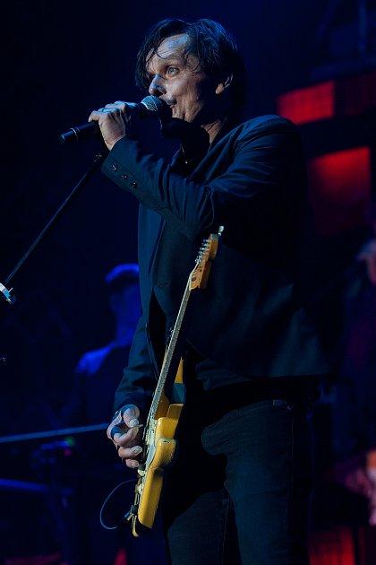 Česká pop rocková kapela Chinaski zahrála 14.listopadu vLiberci. Koncert se uskutečnil vrámci Není nám do pláče tour 2017.Na snímku je Michal Malátný.