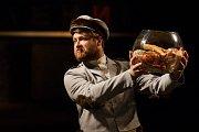 Generální zkouška černé komedie o vzniku rudé mumie, Leninovi balzamovači, proběhla 6. prosince v Malém divadle libereckého Divadla F. X. Šaldy. Premiéra bude 8. prosince. Na snímku je Michal Lurie jako Krasin.