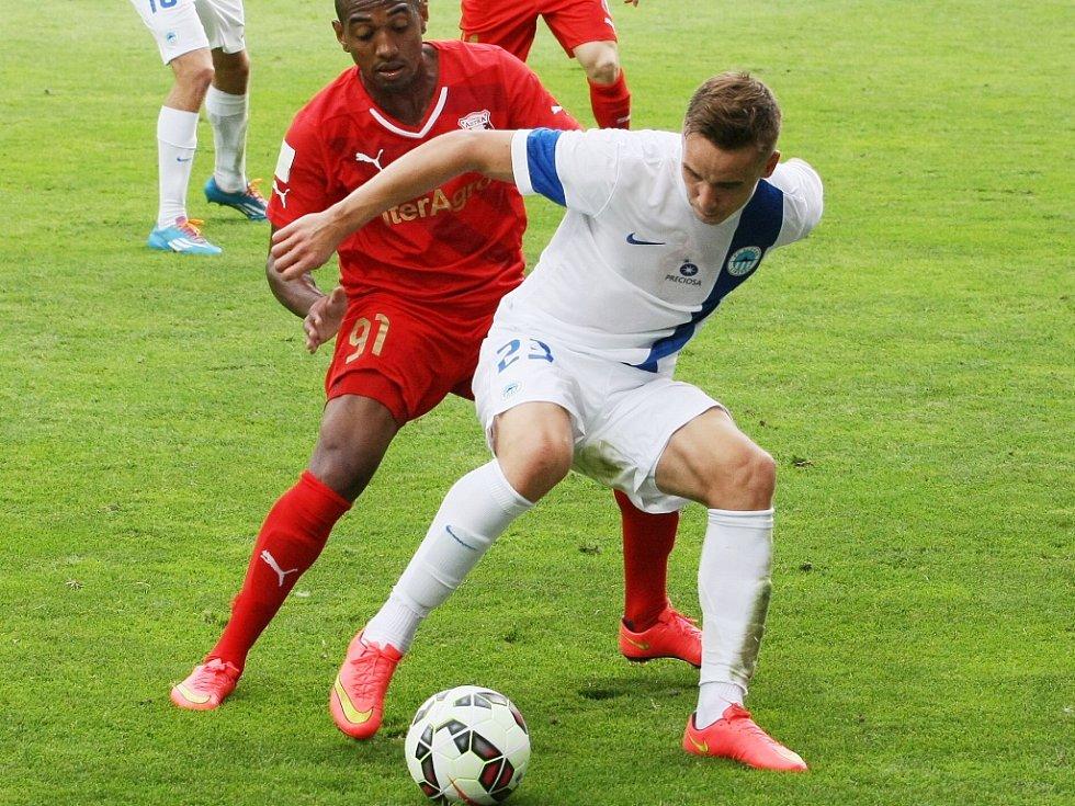 JOSEF ŠURAL. Dokáže si znamenitě pokrýt míč, což věděl i William Amorim z rumunského Giurgiu.