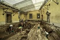 Archeologové při průzkumu malého horního nádvoří hradu Grabštejn