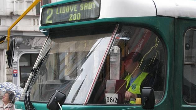 Výstražné vesty si kolegiálně oblékla i část řidičů DPMLJ.
