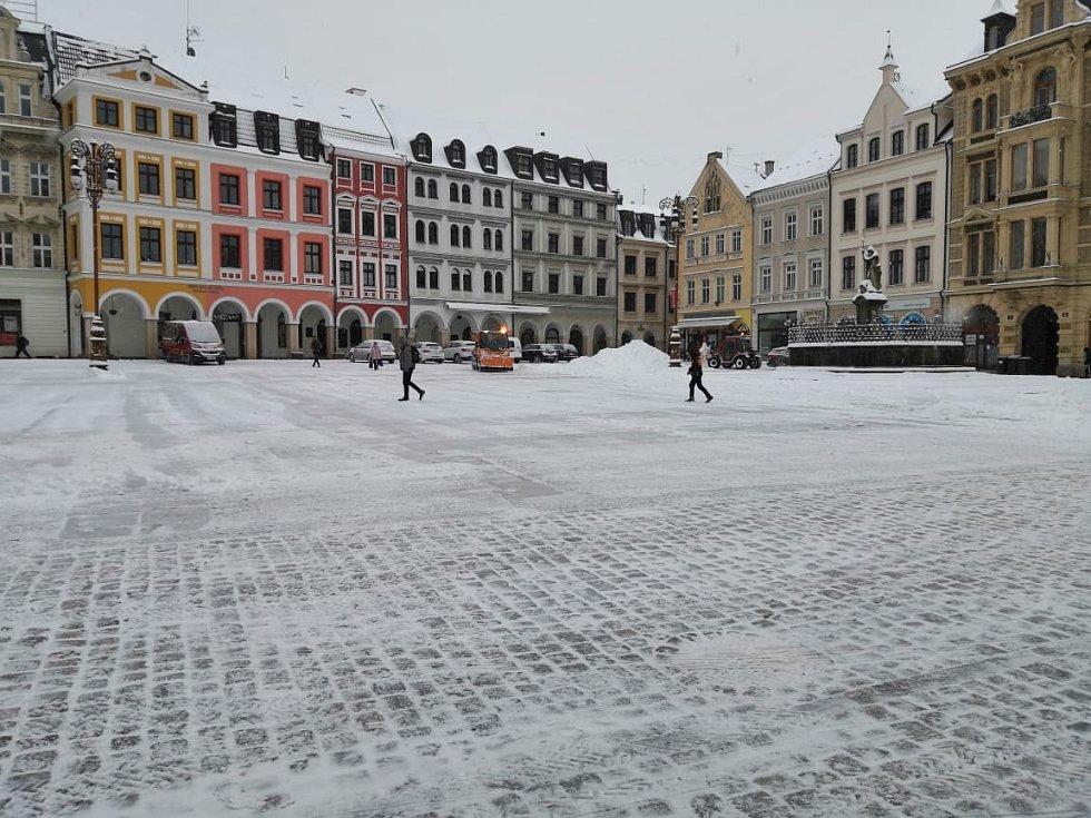 Odklízení sněhu a posyp na náměstí v Liberci.