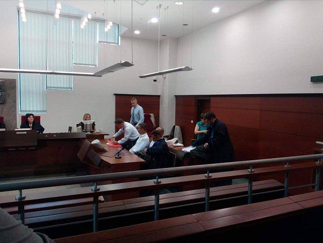 """Soud s muži obžalovanými z vraždy """"tuneláře"""" Martina Říhy."""