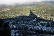 O pouhé dva dny později, než v loňském roce se letos přihlásila zima v Libereckém kraji . Vrcholek Ještědu zasypal ve čtvrtek 23. října první sníh.