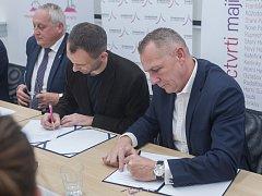 Podpis koaliční smlouvy proběhl 31. října v Liberci. Na snímku zleva je Jaroslav Zámečník a Jan Berki ze Starostů pro Liberecký kraj a Petr Židek z ODS.