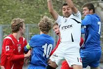 PARDUBICKÝ brankář Shejbal zasahuje před dvěma libereckými fotbalisty Sukem (číslo 10) a Kmoníčkem (7).