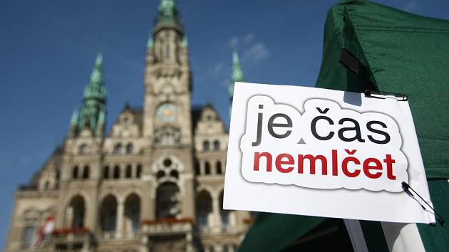 Občanská kavárna na náměstí Dr. E. Beneše na podporu volební účasti.