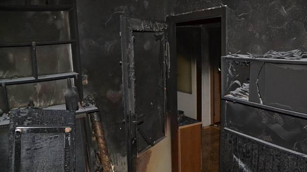 Požár bytu ve 4. patře panelového domu v Liberci (Rochlice).