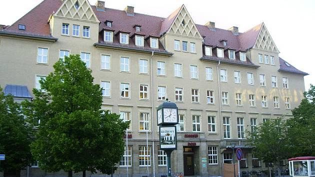SRBSKÝ DŮM V BUDYŠÍNĚ STOJÍ na tomto místě od roku 1956. Jeho předchůdce byl zničen ustupujícími německými esesáky dva týdny před koncem války.