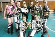 LITTLE BAD GIRLS. Juniorky Taktu získaly 1. místo. Zleva jsou: Smutná, Hnyková, trenérka Lukešová, Zálabská, Čejchanová, Táborská, Niedobová, Volfová.