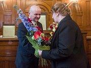 Syn Františka Peterky Michael přijímá květiny od ředitelky divadla F. X. Šaldy Jarmily Levko