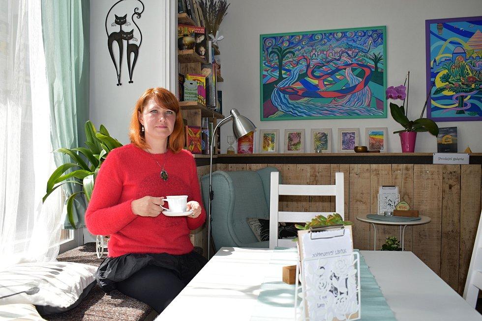 Oceněná kavárna Café Laurella v Českém Dubu.  Její majitelka a provozovatelka Tamara Tomešová.
