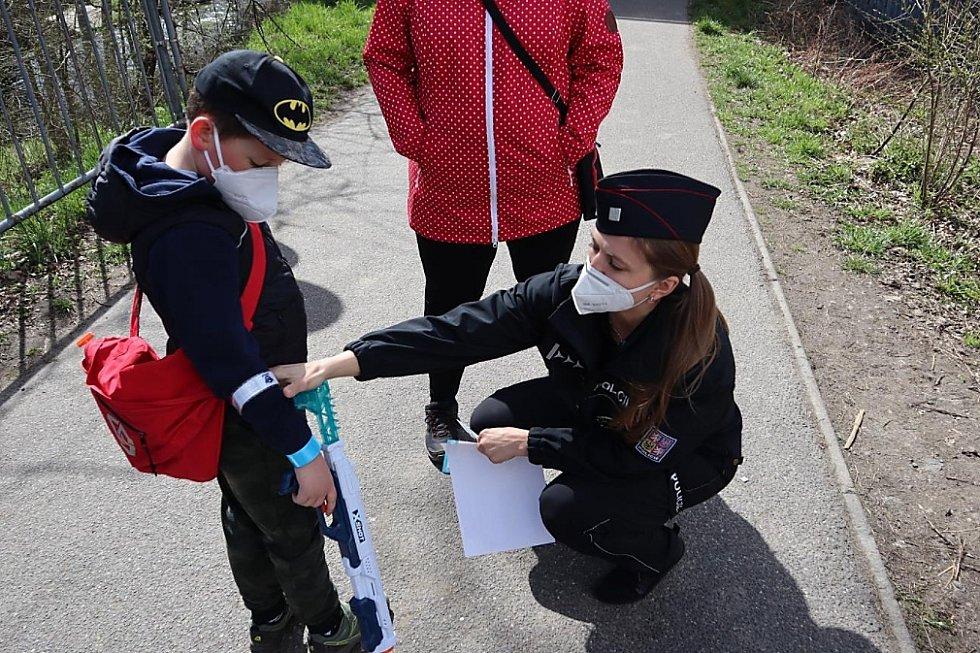 Každý kontrolovaný od policistů obdržel drobné dárečky v podobě reflexních pásků, klíčenek, svítících ventilků a krátkého testu pravidel silničního provozu.
