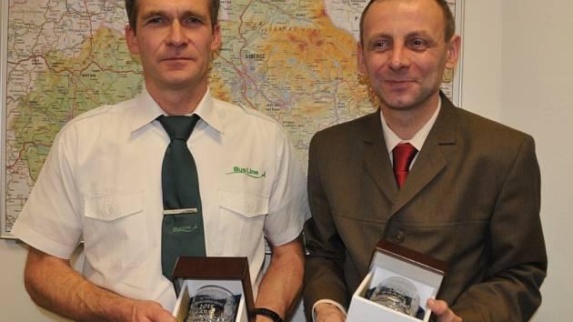 NEJOBLÍBENĚJŠÍM řidičem je Karel Scholz ze společnosti BusLine (vlevo) a průvodčím Aleš Prášil z Českých drah.