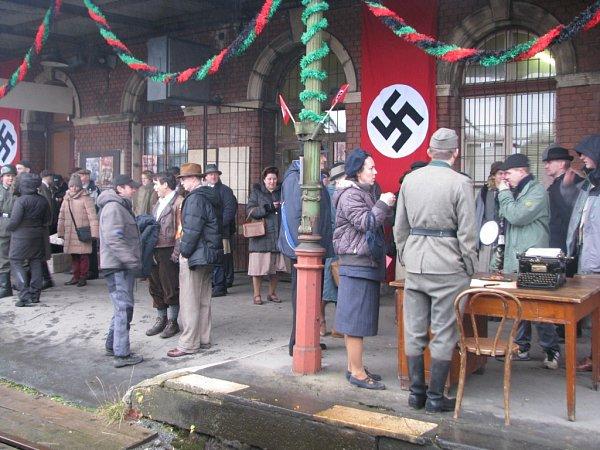 NÁDRAŽÍ VHORNÍM RŮŽODOLE se stalo dějištěm odjezdu branců na bojiště druhé světové války. Vlevo hlavní představitelé Vavřinec Hradílek a Jan Budař.