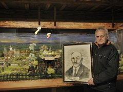 Robert Simon s portrétem svého dědečka, autora betlému Gustava Simona.