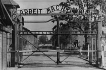 Nápis ARBEIT MACHT FREI nad vstupem do koncentračního tábora byla jedna z absurdností, které se nacisti dopustili.