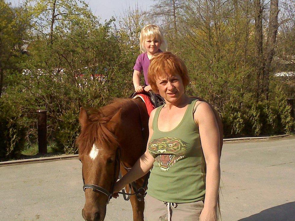 S BABIČKOU NA KONĚ jezdí pětiletá Sára. Její maminka se stará o mladšího brášku a holčička je se svou babičkou velkým parťákem.
