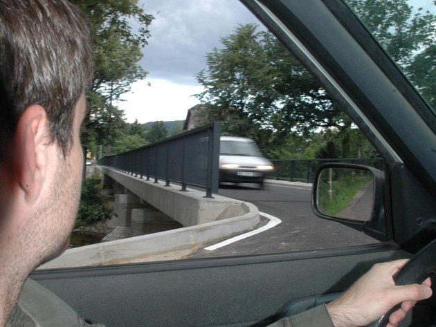 NA POSLEDNÍ CHVÍLI. Před samotným vjezdem na most řidič auto nevidí.