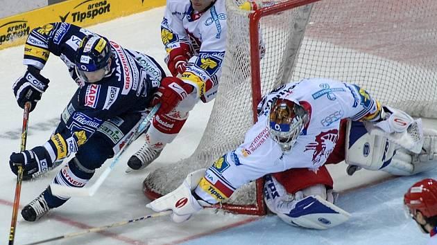 TŘETÍ ŘADA ZLOBILA. Liberecký Petr Šachl vedl proti Třinci třetí útok, který Čechmánkovi vtřelil dva góly.