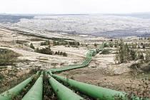 POTRUBÍ, které se vine kolem celého Turówa, odvádí z dolu přebytečnou spodní vodu. Ta pak končí v řece Nise a teče dál do Polska. Čím hlouběji důl půjde, tím víc spodní vody se odčerpá.