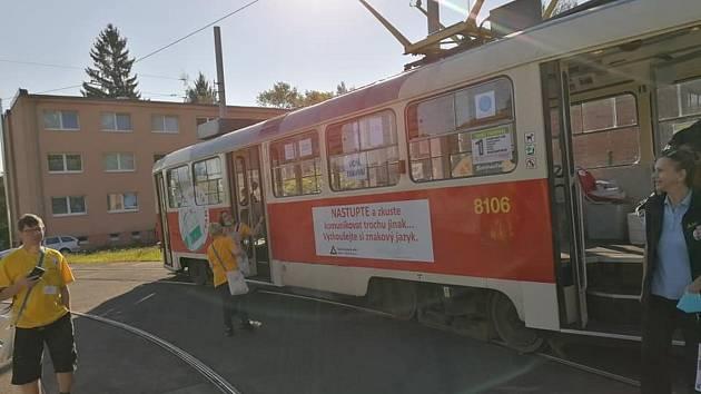 V Liberci vyjela tichá tramvaj. Cestující se učili znakovou řeč.
