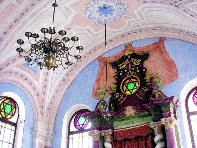 Nově opravená synagoga vNové Cerekvi, synagoga vBřeznici. Jičínská židovská škola a synagoga vÚštěku, která byla otevřena spolu se sousedním rabínským domem a je používána jako vzdělávací centrum.