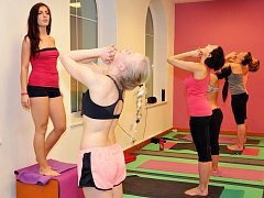 HOT JÓGA. Při cvičení v teple dochází k zahřátí celého těla, ne jen určitých partií jako u ostatních sportů. Ženám se tuky ukládají zejména do spodní části těla a je také nanejvýš obtížné tyto partie dostatečně prokrvit tak, aby docházelo ke spalování.