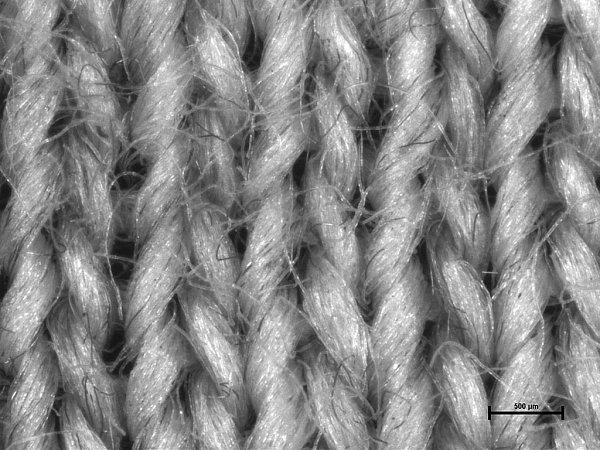 Na první pohled jde oobyčejná bavlněná trička. Ve skutečnosti jsou ale vyrobena ze speciální bariérové textilie, která dokáže uchránit tělo před negativními účinky takzvaného elektrosmogu. Mikroskopický snímek pleteniny, tvořené přízí skovovými vlákny.