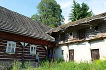 STŘECHA V HLEDÁČKU. Ještě před zimou dostane hospoda Pod Lipami novou střešní krytinu, aby do ní nezatékalo.