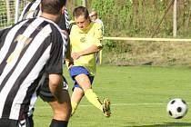 CHRASTAVA DRTILA RYNOLTICE. Domácí ve žlutých se dokázali proti oslabenému soupeři prosadit gólově čtyřikrát.