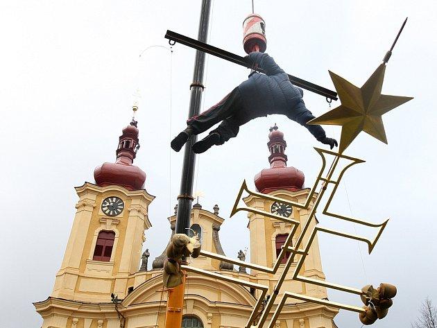 Vyzdvižení pozlacených makovic s kříži na hejnickou baziliku.