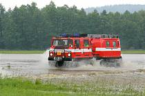 Hasiči evakuují ohrožené obyvatele, především děti, do sběrných center. Nasazeno je i švédské obojživelné vozidlo Hägglunds BV 206 (na snímku), patřící krajským hasičům.