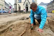 NEJSTARŠÍ OSÍDLENÍ. Na místě dnešního kostela zasvěceného sv. Antonínu Velikému stál v počátcích osídlení města původně dřevěný kostel a v jeho okolí byl hřbitov. Letos tu byly provedeny rozsáhlé archeologické průzkumy, které potvrdily stáří osídlení.